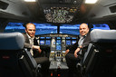 Ceo Bart Slager van Avion Group (links) en directeur Sander Verschoor van VDL in de nieuwe Phantom 320 vluchtsimulator, die een vlucht van de Airbus A320 tot op ieder kleinste detail nabootst.