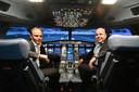 Ceo Bart Slager van Avion Group (links) en directeur Sander Verschoor van VDL in de nieuwe Phantom 320 vluchtsimulator, die een vlucht van de Airbus A320 tot op ieder kleinste detail nabootst.