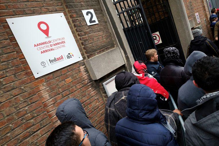 Asielzoekers bij het Klein Kasteeltje in Brussel, waar ze zich moeten aanmelden om asiel aan te vragen.