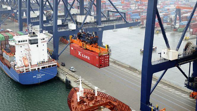 Archiefbeeld van containeroverslag in de haven Rotterdam.