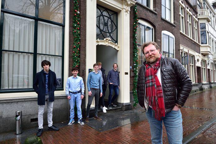 Archieffoto. Studenten van de Mandeville Academy met op de voorgrond Harry Veenendaal.