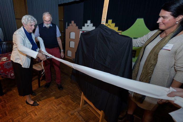 Het Tejo-huis voor jongeren in Deurne wordt officieel geopend. Het was de wens van Nicole Martens uit Neerkant om dit te realiseren. Haar moeder Geke knipt het lintje door, haar man Peter kijkt toe.