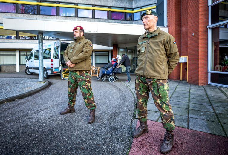 Donderdag ruilen de militairen hun uniform in voor beschermende medische kleding. Beeld Raymond Rutting / de Volkskrant