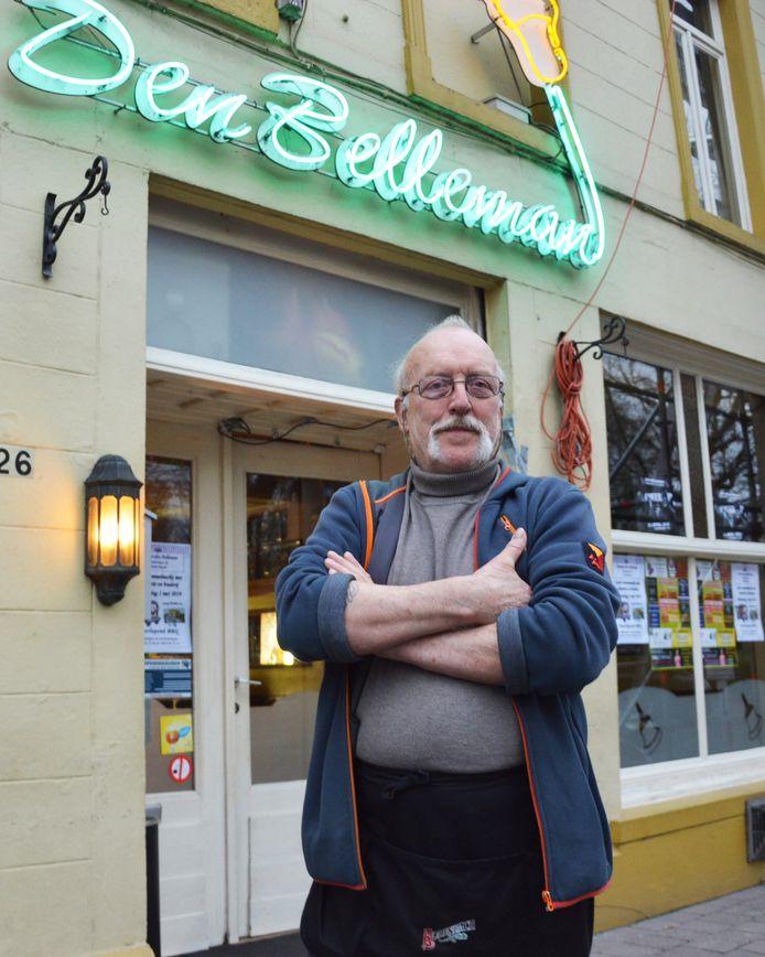 Hubert Simoens aan zijn café Den Belleman langs de Denderkaai in Ninove.