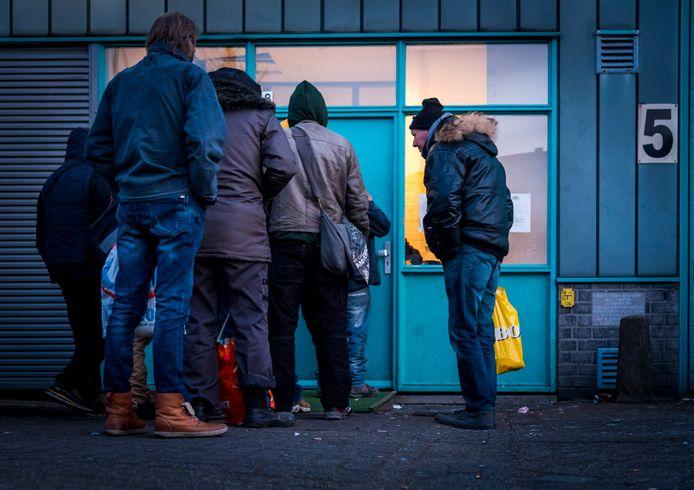 Daklozen bereiden zich voor op de nacht in de winteropvang. De man in dit verhaal weigert hulp.