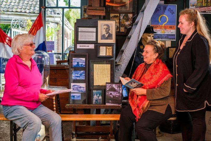 Dochter Plonia Berkelaar (82, links) is vereerd dat haar vader alsnog erkend wordt als verzetsstrijder. Rechts moeder en dochter Greet Mulckhuyse en Marjolein Stappers, die onderzoek deden.
