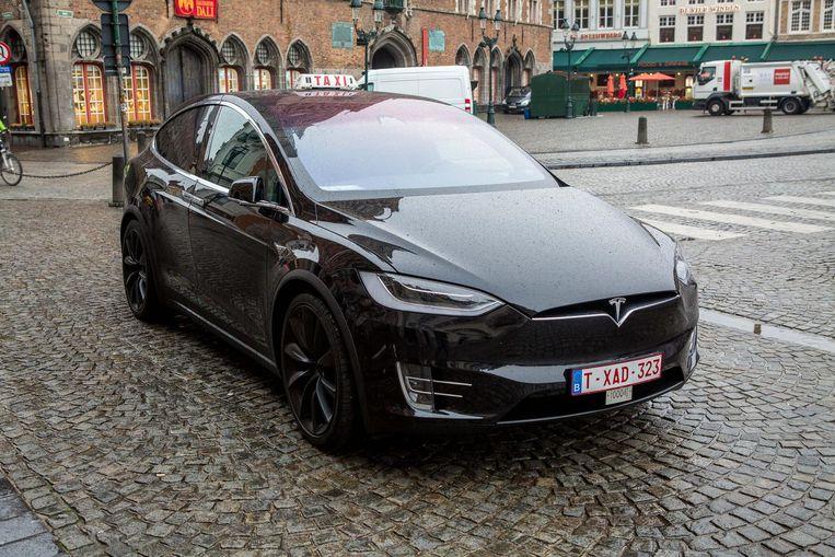 De elektrische Tesla is 140.000 euro waard.