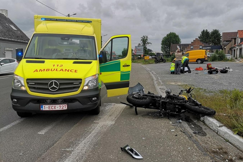De motorrijder kreeg op de parking van 't Landhuis de eerste zorgen toegediend.