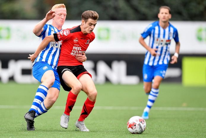 Valentino Vermeulen (l) zit namens FC Eindhoven Sander Vereijken van Helmond Sport op de huid.