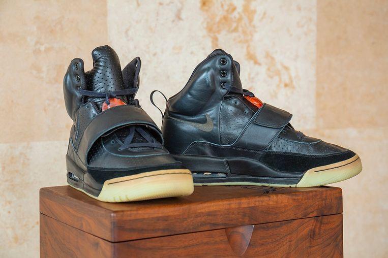 Er wordt verwacht dat het paar sneakers meer dan 1 miljoen dollar gaat opbrengen. Beeld Sotheby's