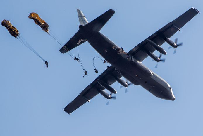 Parachutisten springen uit een Nederlandse Hercules C-130 boven de Ginkelse Heide, tijdens de herdenking in 2017 van Operatie Market Garden.