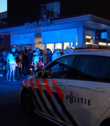 Naakte man zwaait met mes, bedreigt voorbijgangers en slaat politieagent: 'Ik steek je neer'