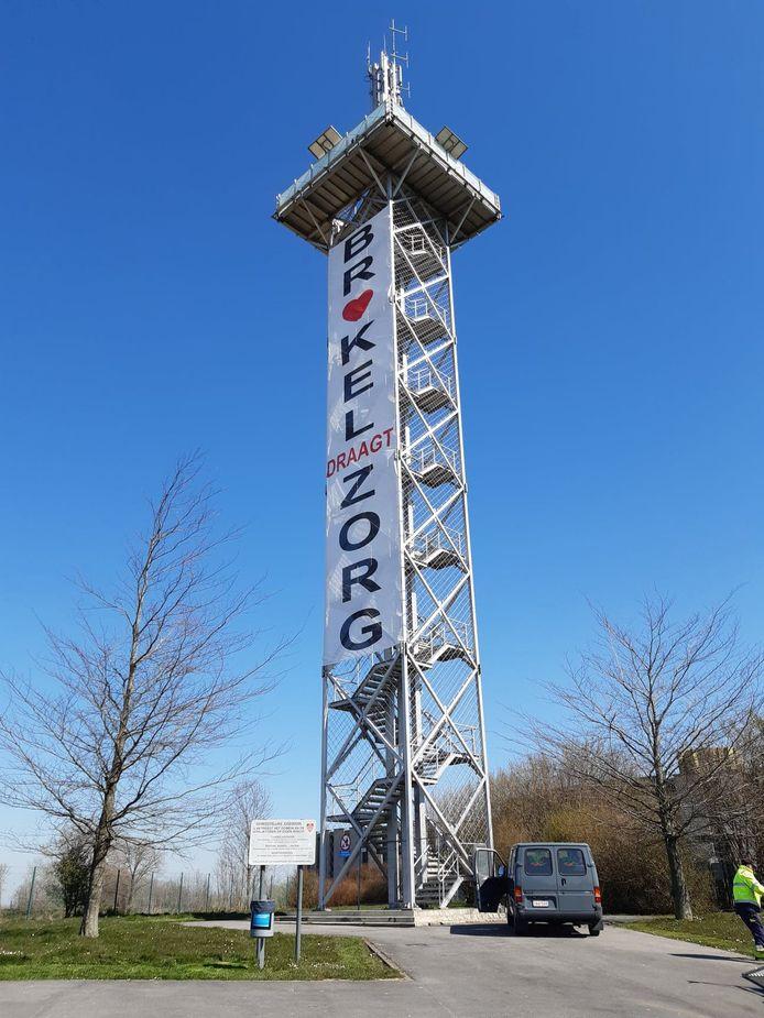 Het spandoek aan de uitkijktoren boven de Kleiberg.