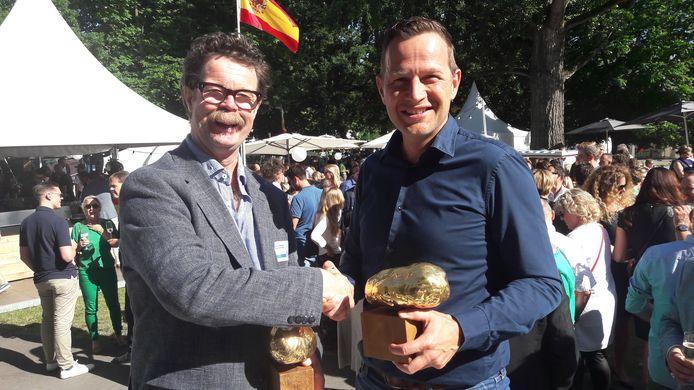 Tom van Otterloo (links) en  Richard van Kleef feliciteren elkaar met het winnen van de Gouden Kei, een Arnhems Compliment voor ondernemers met een sociaal hart.