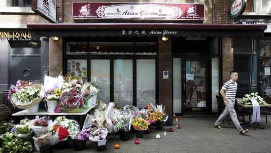Voor de deuren van het Rotterdamse restaurant Asian Glories, het restaurant van Jenny Loh en Popo Fan, zijn bloemen neergelegd.