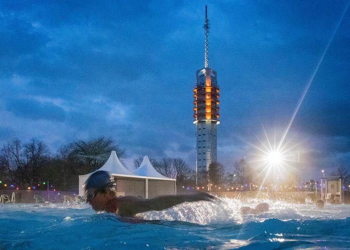 'Winterzwemmen' in De Hoorn in Alphen. Het buitenbad is ook komend weekeinde open, al is een flink pak sneeuw voorspeld.