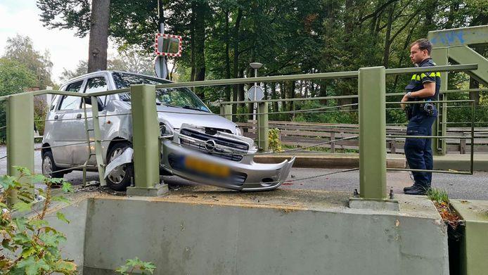 De auto en de brug raakten beschadigd.