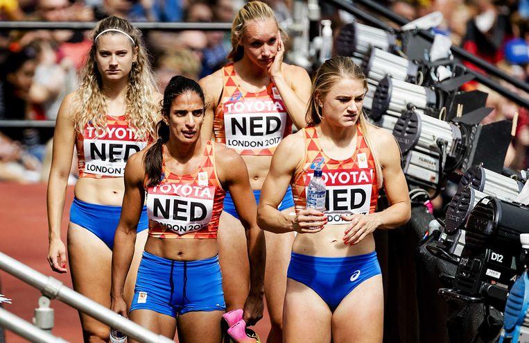 Madiea G. (linksonder) met andere Nederlandse atletes na de 4x400 meter estafette op het WK atletiek in Londen.