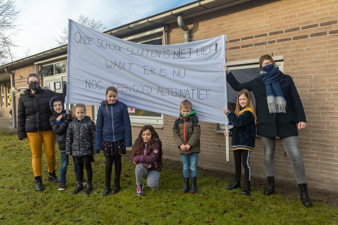 Protest bij de basisschool in Oostelbeers tegen de voorgenomen sluiting van de basisschool over anderhalf jaar.