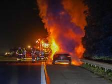 Auto vliegt in brand op de A12 bij Zevenaar