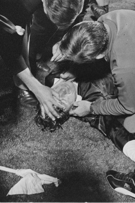 Met een bierblikje werd in 1971 de grensrechter bij PSV - Real Madrid gevloerd: het eerste supportersgeweld in Nederland