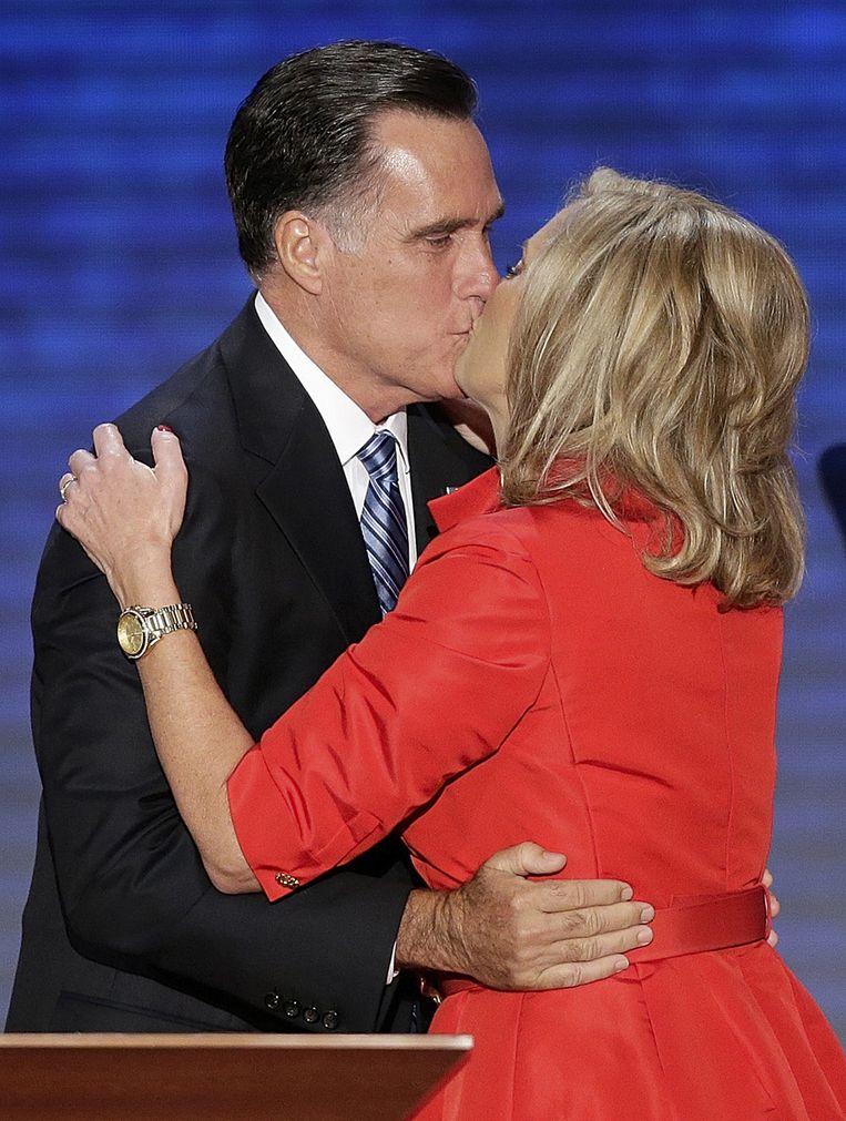 Een kussende Mitt en Ann Romney Beeld AP