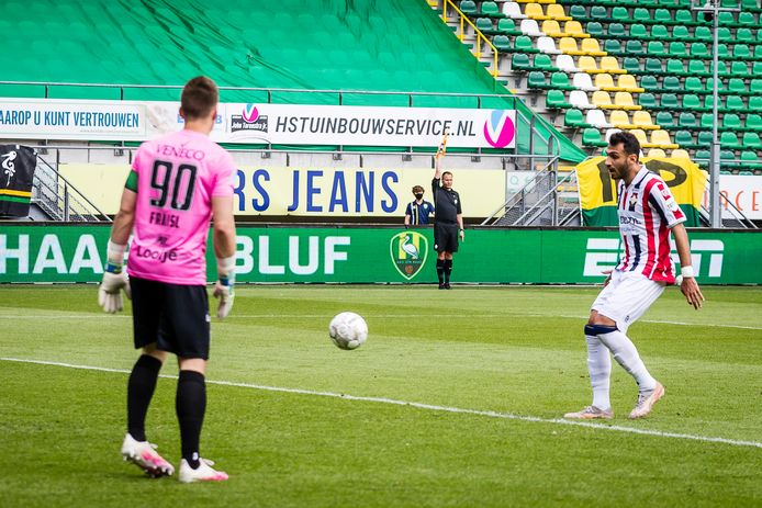 Terwijl op de achtergrond de vlag omhoog is, maakt Vangelis Pavlidis de 0-2.