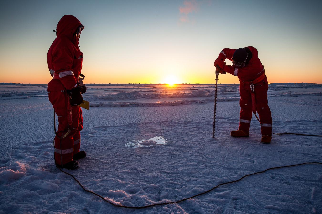 Duitse wetenschappers meten de dikte van het ijs op de noordpool.