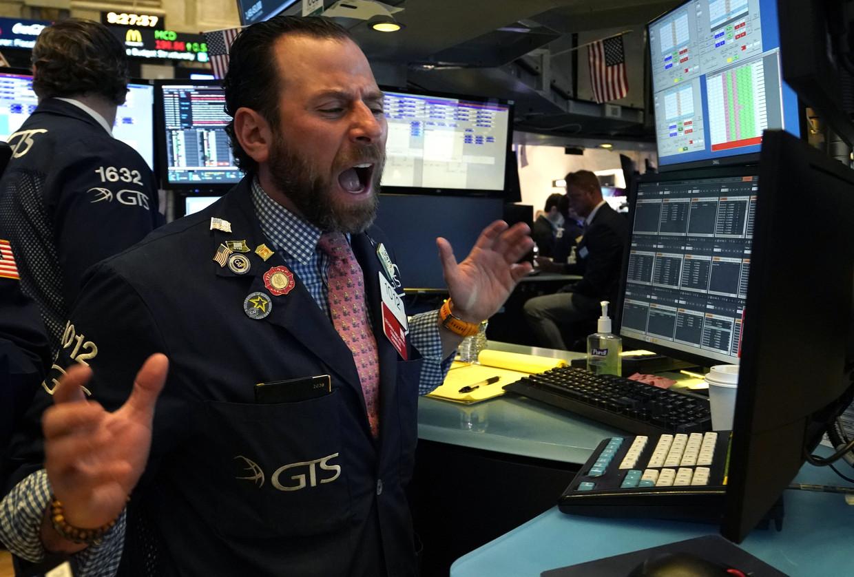 Een beurshandelaar op de vloer van de New York Stock Exchange.  Beeld AFP