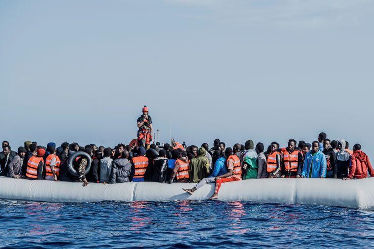 Migranten op een rubberboot in de Middellandse Zee bij Libië, 27 april. Beeld EPA