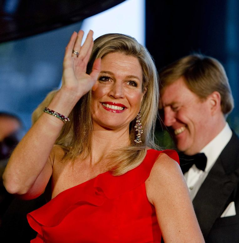 epa03657023 Princess Maxima and Prince Willem-Alexander arrive to attend the 125-year jubilee of the Concertgebouw concert hall and Concertgebouw Orchestra in Amsterdam, The Netherlands, 10 April 2013.  EPA/ROBIN VAN LONKHUIJSEN Beeld EPA