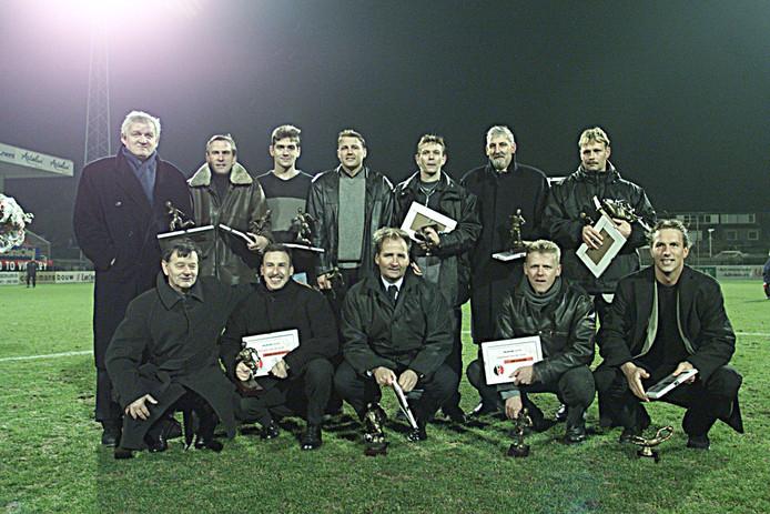 Door supporters werd Jos Lacroix (linksboven) rond de eeuwwisseling al gekozen in het Helmond Sport-elftal van de eeuw.