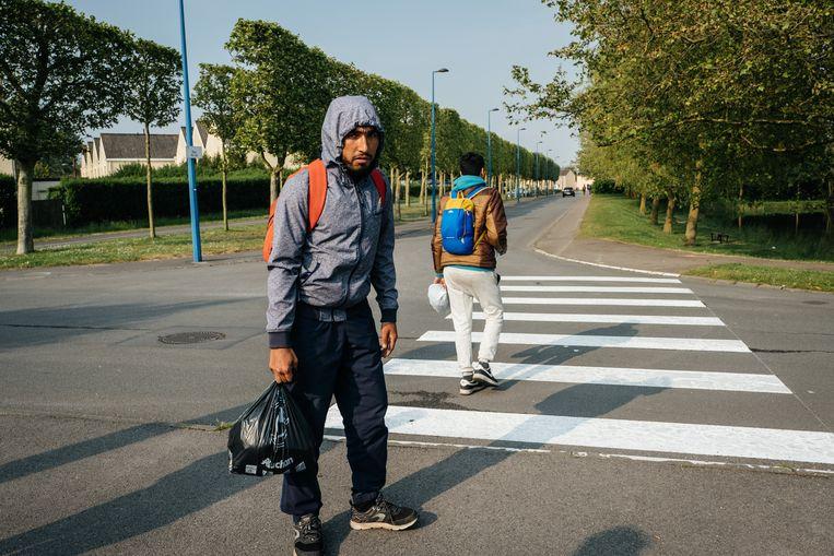 De jongen rechts op de foto (met blauwe rugzak) is een 14-jarige Afghaan die in de bestelwagen zat. Beeld Wouter Van Vooren