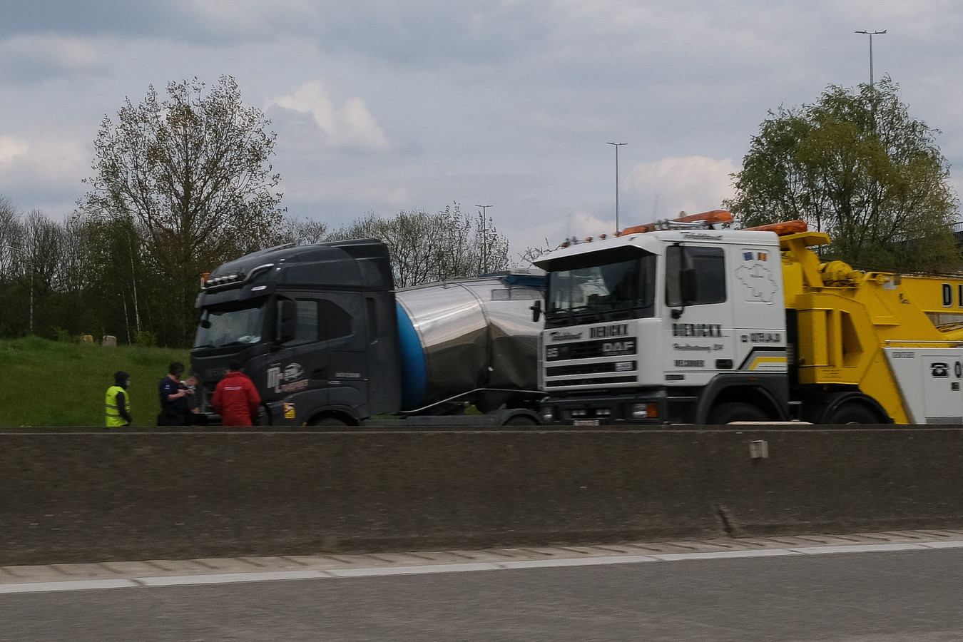 De buitenring is versperd na een ongeval met drie vrachtwagens.