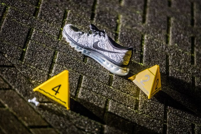 Er lag onder meer een schoen op straat.