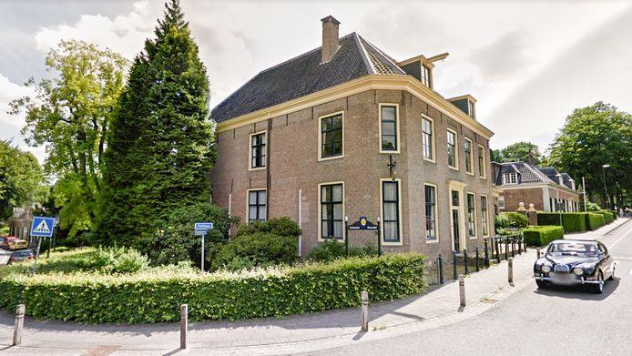 Het gemeentehuis van Rozendaal aan Kerklaan 1.