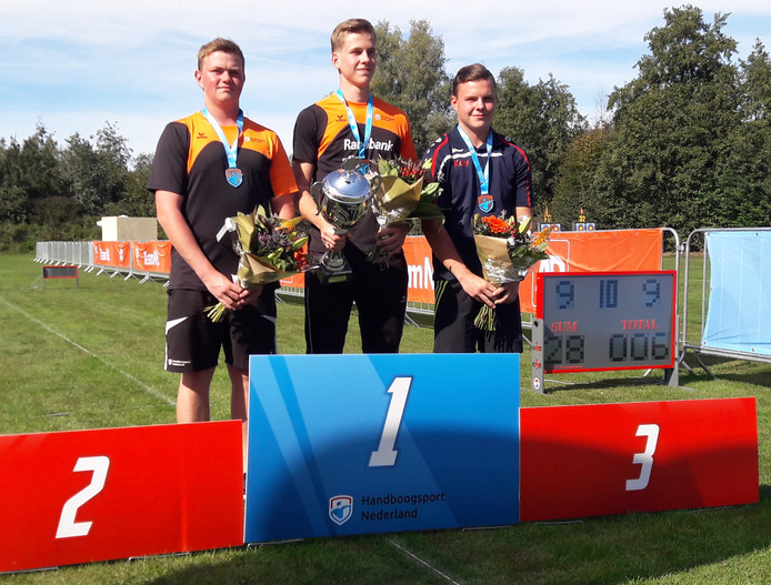 Het jeugdige geheel Brabantse podium van het NK handboogschieten recurve. Met vlnr: Damian Vaes (tweede), Jan van Tongeren en Kay  van Laarhoven.