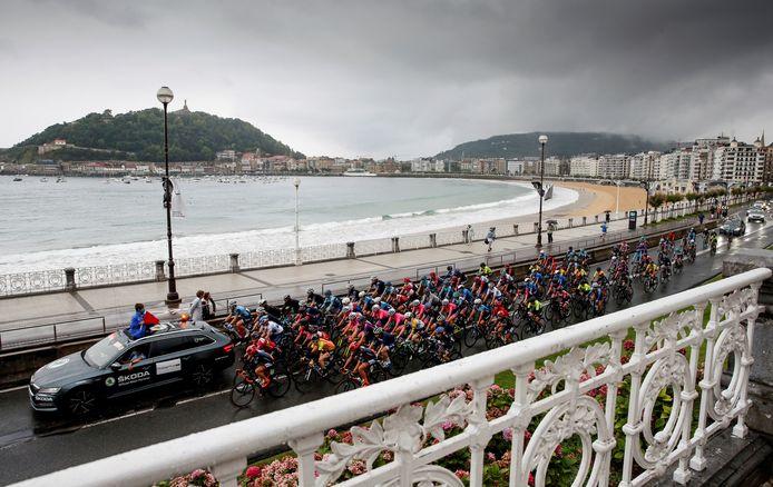 Het vrouwenpeloton bij de start van de Clasica San Sebastian.