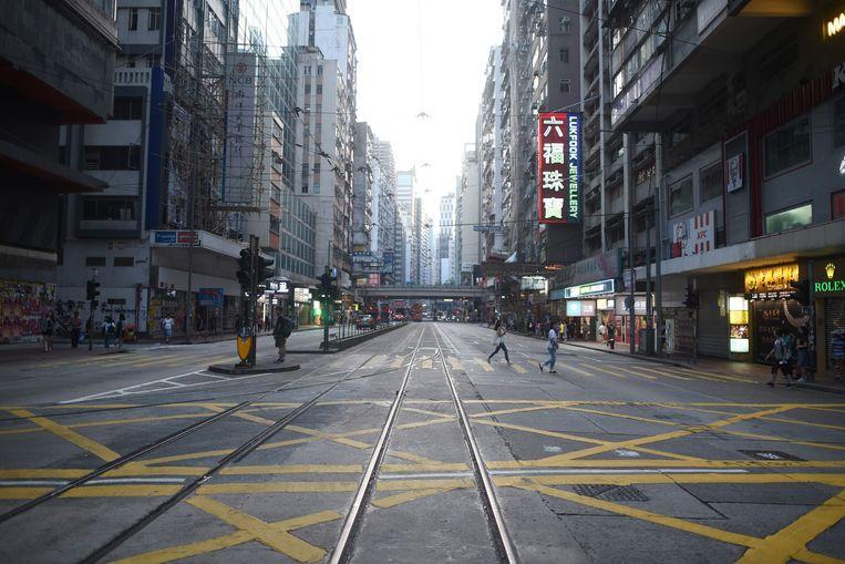 Een normaliter drukke busbaan in het winkelgebied Causeway Bay is vandaag vrijwel leeg