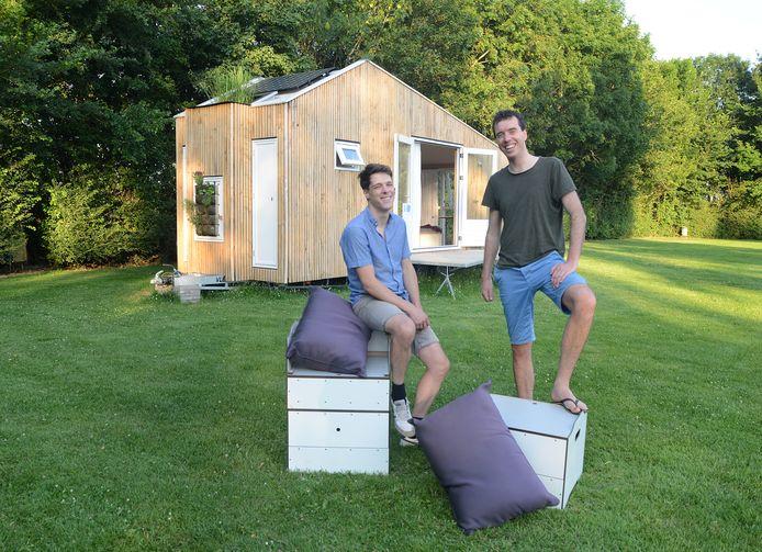 Martin van Overveld (l) en Nescio Midavaine voor Het Eilandhuis dat nu op de boerenboscamping van Van Langeraad in Kerkwerve staat, met een paar meubels die multifunctioneel zijn te gebruiken.