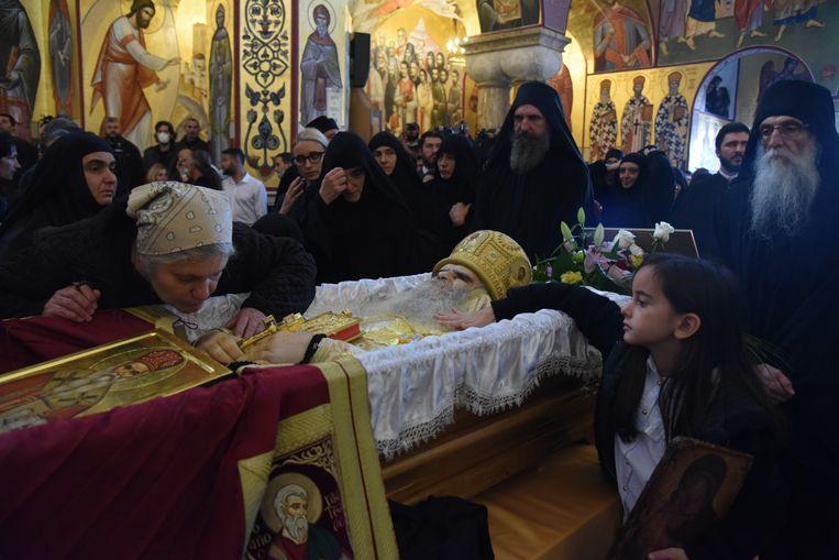 Tienduizenden gelovigen kwamen samen bij de begrafenis van metropoliet Amfilohije, de hoogste kerkleider van Montenegro, in Podgorica. Beeld EPA