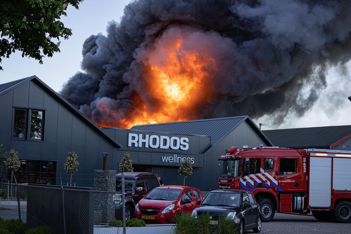 Grote brand bij Rhodos Wellness in Oldebroek. Het blussen duurde uren.