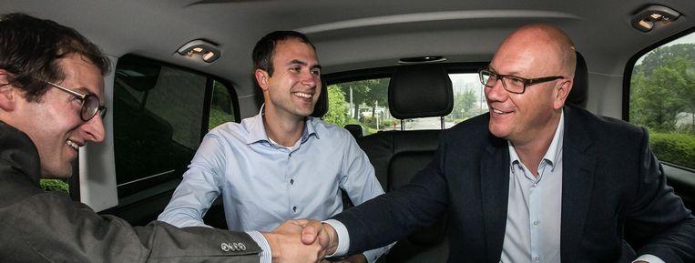 Een start-up pitcht zijn idee in een Uber-taxi. Beeld Bas Bogaerts