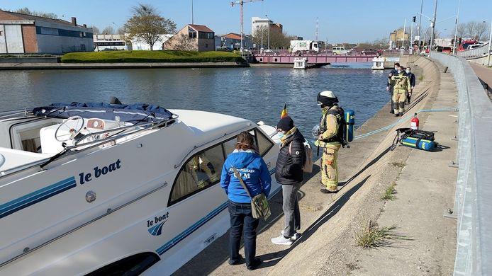 De brandweer deed nog een controle op de boot.