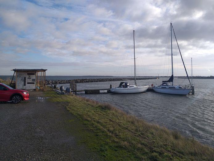 At Sea Yachting wil vanaf een steiger in de jachthaven van Den Osse boten gaan verhuren. Tussen de twee strekdammen ligt de havenopening. Bootjes varen zo het Grevelingenmeer op.