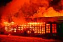 De aanwezige brandweer heeft ervoor gekozen om het horecapand voorzichtig te laten uitbranden.