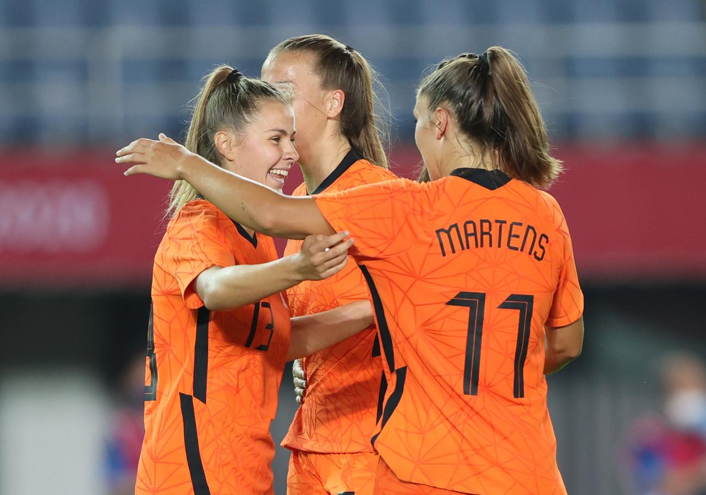 Victoria Pelova en Lieke Martens vieren een goal tegen Zambia.