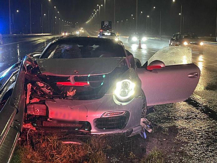 De Porsche belandde tegen de vangrail