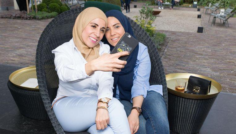 Najima Kharbouch en Rachida Kharbouch van YouTubekanaal Healthy Sisters. Beeld Ivo van der Bent