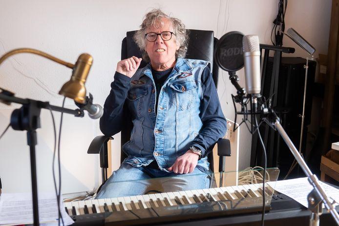 Wout Kwakernaat in zijn studio in de Haagse Beemden